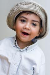 bambino con cappello che ride