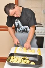 homme a la cuisine