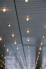 luci in fila sul soffitto