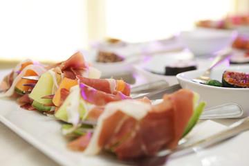 Catering und gedeckter Tisch mit Fingerfood