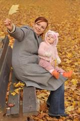 bébé et maman dans automne park