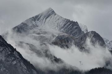 Wall Mural - Die Alpspitze vor einem Gewitter
