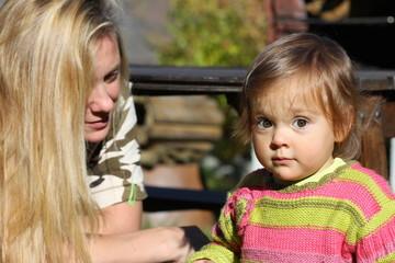 portrait de  bébé fille âgée de 15 mois avec sa maman