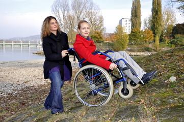 Rollstuhlfahrerin mit Betreuerin