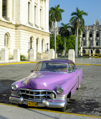 Türaufkleber Autos aus Kuba old car in front of Capitol Building, Old Havana, Cuba