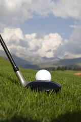 Golf Abschlag vor Kulisse mit Bergen