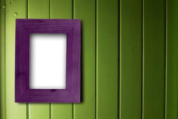 décoration maison cadre bois violet vide fixé sur un mur vert