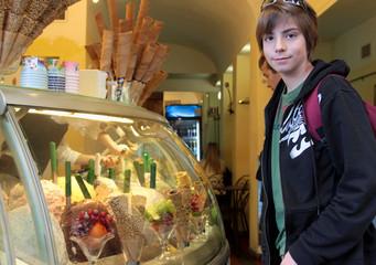 adolescent chez le marchand de glace