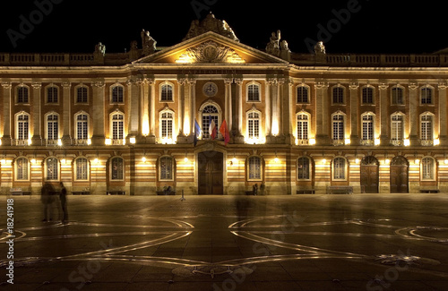 capitole de toulouse et croix occitane la nuit photo libre de droits sur la banque d 39 images. Black Bedroom Furniture Sets. Home Design Ideas