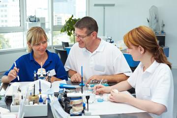 Drei Dentaltechniker