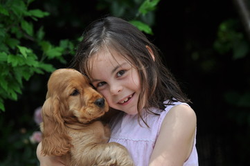tendresse et joie entre fillette de 7 ans et son chiot