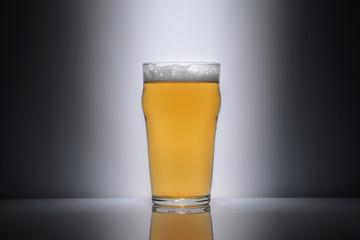 Bicchiere pieno di birra