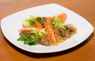 Warm salad with broccoli and hen's liver