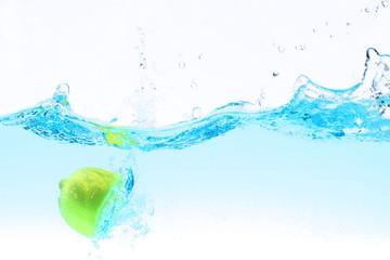 lemon under water splashing