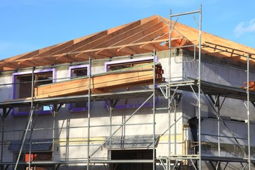 Neubau Einfamilienhaus neural vor blauem Himmel