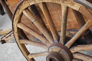 roue de charrette en bois