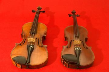 Violino e Viola su sfondo rosso
