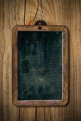 vieille ardoise vintage et grunge vide sur un mur en bois