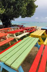 Tavoli colorati in spiaggia