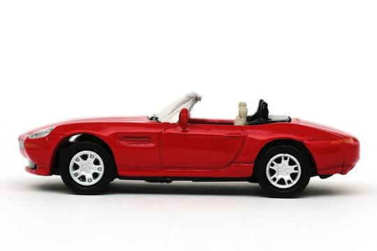 Roter Sportcabriolet von der Seite