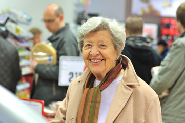 Seniorin im Supermarkt