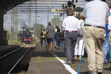 Dampflok fährt in den Bahnhof ein