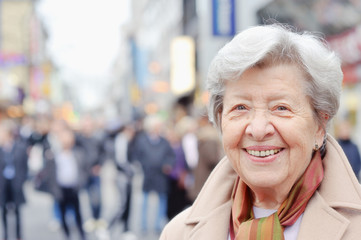 Seniorin in Fußgängerzone I