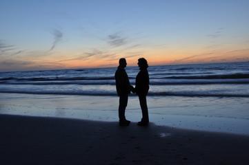 Paar als Silhouette vor Sonnenaufgang