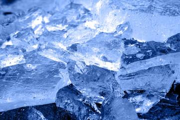 Zerbrochen in Eiswürfel
