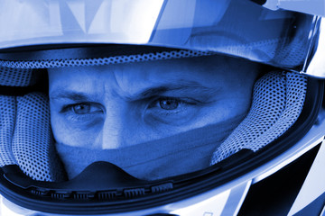 regard concentré d'un pilote de course automobile