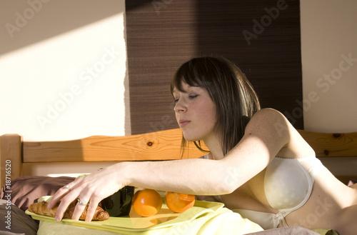 femme qui prend son petit d jeuner au lit photo libre de droits sur la banque d 39 images fotolia. Black Bedroom Furniture Sets. Home Design Ideas