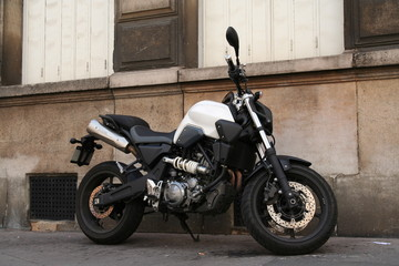 Moto en stationnement