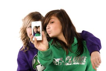 deux adolescentes qui font des photos