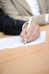geschäftsfmann unterzeichnet vertrag mit links im team