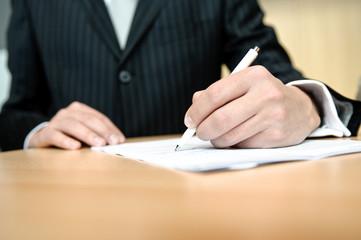 geschäftsfmann unterzeichnet vertrag