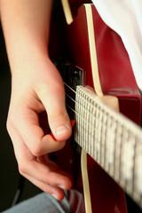 médiator sur la guitare