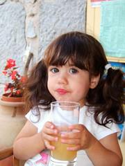 enfant buvant un jus de fruit
