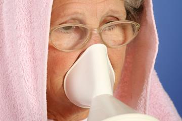 Femme malade soigne un rhume par inhalation