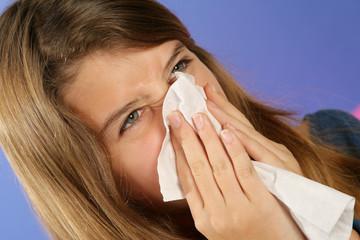 Malade se moucher le nez