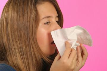 Enfant malade se mouche