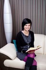 elegante moderne Frau mit Buch
