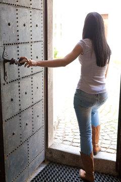 Frau geht aus einer Türe