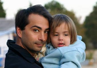 dans les bras de son papa