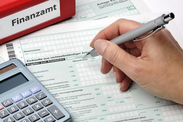 Steuerfomular wird ausgefüllt