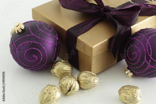 Weihnachten weihnachtsdeko lila und gold auf weiss stockfotos und lizenzfreie bilder auf - Weihnachtsdeko lila ...