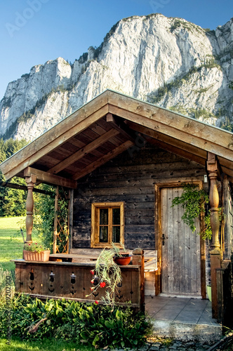 holzh tte in den alpen stockfotos und lizenzfreie bilder. Black Bedroom Furniture Sets. Home Design Ideas