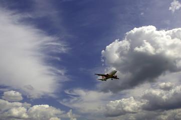 Flugzeug in den Wolken 1