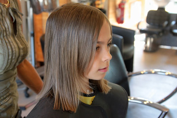 enfant chez le coiffeur