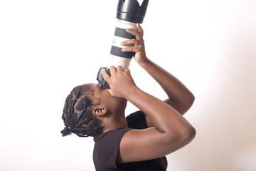 jeune femme noire prends une photo en contreplongée