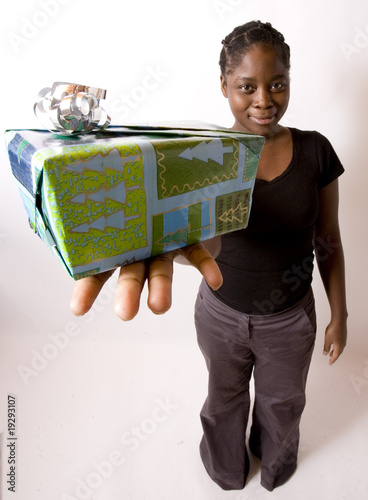 jeune femme noire offre un cadeau no l ou anniversaire photo libre de droits sur la banque d. Black Bedroom Furniture Sets. Home Design Ideas